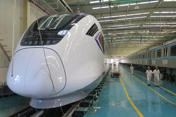 Pekerja berjalan di samping kereta cepat di pabrik kereta CRRC Guangdong, Jiangmen, China, Jumat (3/11). Kereta cepat buatan CRRC berwarna putih seperti itu yang akan digunakan di proyek kereta cepat Jakarta - Bandung. - ANTARA/M. Irfan Ilmie