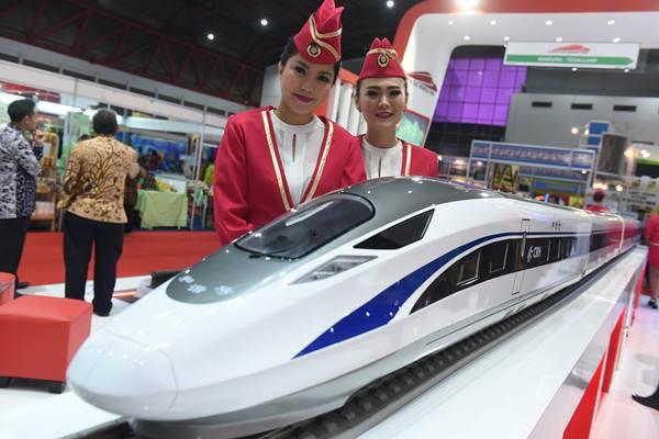 Model berfoto di samping miniatur kereta cepat Jakarta-Bandung di Jakarta, Kamis (5/5). - ANTARA/Hafidz Mubarak A