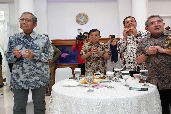Ketua Palang Merah Indonesia (PMI) Jusuf Kalla siap memerangi virus corona. - Maria Yuliana Benyamin