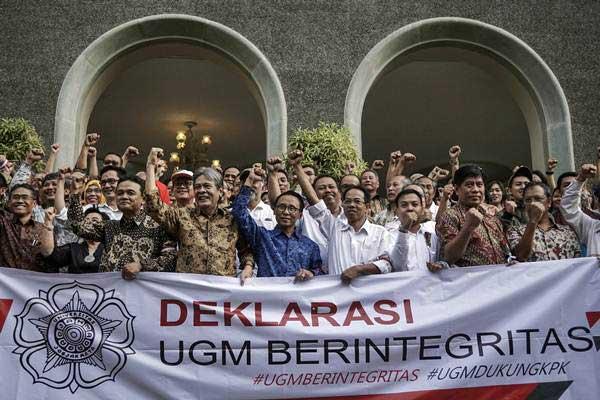 Sejumlah dosen mendeklarasikan dukungan untuk Komisi Pemberantasan Korupsi di kampus Universitas Gadjah Mada (UGM), DI Yogyakarta, Senin (17/7). - ANTARA/Hendra Nurdiyansyah