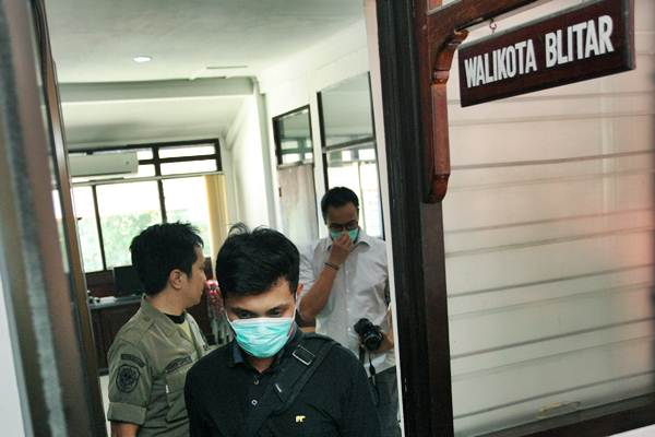 Ilustrasi - Penyidik KPK keluar dari ruang kerja Wali Kota Blitar seusai melakukan penggeledahan di Kantor Pemkot Blitar, Blitar, Jawa Timur, Kamis (7/6/2018). - ANTARA/Irfan Anshori