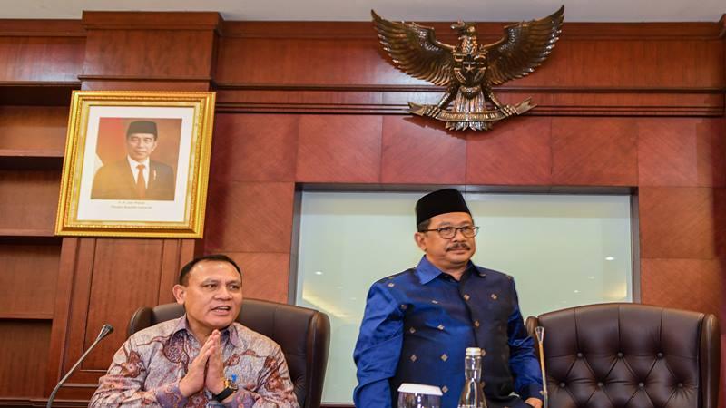 Wakil Menteri Agama Zainut Tauhid (kanan) menerima kunjungan Ketua KPK Firli Bahuri (kiri) di Kantor Kementerian Agama, Jakarta, Selasa (28/1/2020). Kunjungan KPK tersebut bertujuan sebagai sosialisasi mencegah terjadinya tindak korupsi di lingkungan Kemenag. - Antara