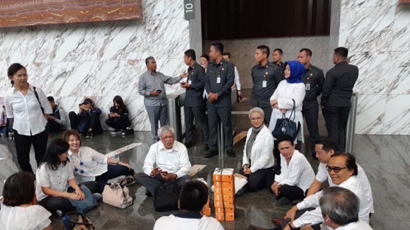 Para pemegang polis asuransi Jiwasraya mendatangi kantor Otoritas Jasa Keuangan untuk meminta kepastian polis jatuh tempo di Asuransi Jiwasraya, Kamis (6/2/2020) - Bisnis / Wibi Pangestu