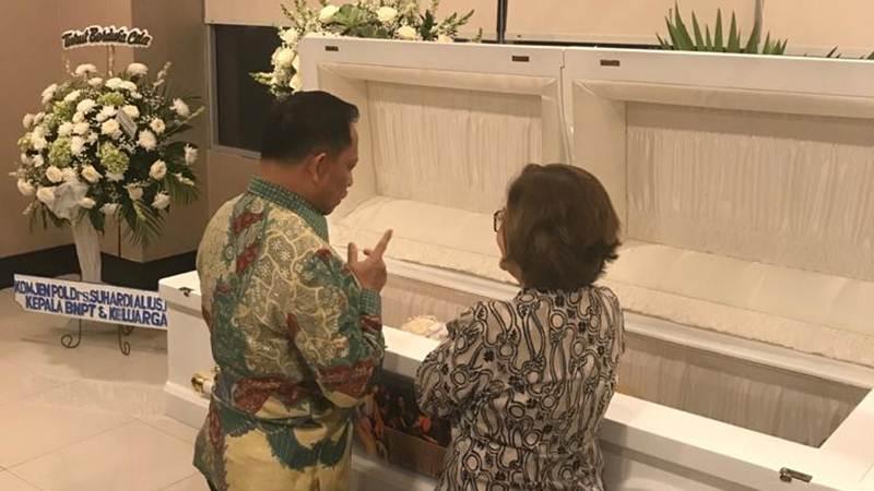 Mendagri Tito Karnavian didampingi Eve Sumarlin, putri almarhum JB Sumarlin, saat melayat di rumah duka SMRCC Semanggi, Kamis (6/2/2020) malam - Istimewa