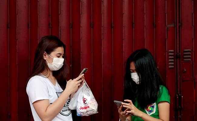 Warga menggunakan masker di Manila, Filipina, (31/1/2020). Warga berebut peralatan medis seperti masker dan alcohol setela pemerintah Filipina mengkonfirmasi kasus virus corona menyebar disana. Reuters - Eloisa Lopez