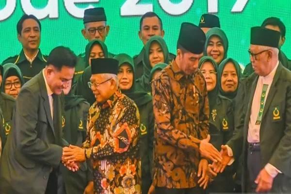 Presiden Joko Widodo (ketiga kiri) dan Wakil Presiden Ma'ruf Amin (kedua kiri) berjabat tangan dengan Ketua Umum Partai Bulan Bintang (PBB) Yusril Ihza Mahendra (kiri) dan Ketua Majelis Syuro PBB KH. Muqoddas Murtadla (kanan) usai Pelantikan Pengurus Dewan Pimpinan Pusat Partai Bulan Bintang di Jakarta, Kamis (6/2/2020). - Antara