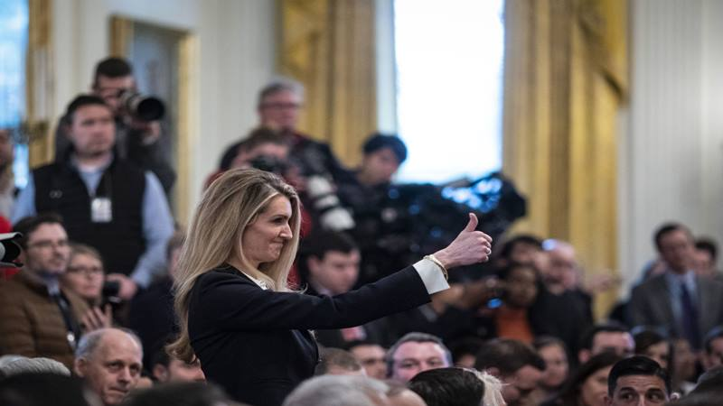 Senator Kelly Loeffler, seorang Republikan dari Georgia, memberikan acungan jempol dalam sebuah acara di Gedung Putih di Washington, DC, AS, pada hari Kamis, 6 Februari 2020, yang dihadiri Presiden Donald Trump (tidak tampak pada gambar). - Bloomberg