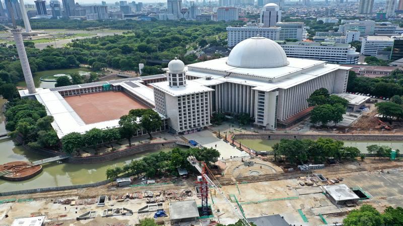Foto udara renovasi Masjid Istiqlal di Jakarta, Selasa (28/1/2020). Berdasarkan data PT Waskita Karya (Persero) Tbk selaku kontraktor, hingga 28 Januari 2020 renovasi masjid terbesar se-Asia Tenggara itu telah mencapai 70 persen dan akan selesai pada Maret 2020. - Antara