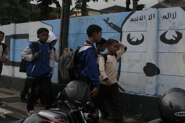 Gambar mural yang menyerupai lambang ISIS di Sukabumi - Antara