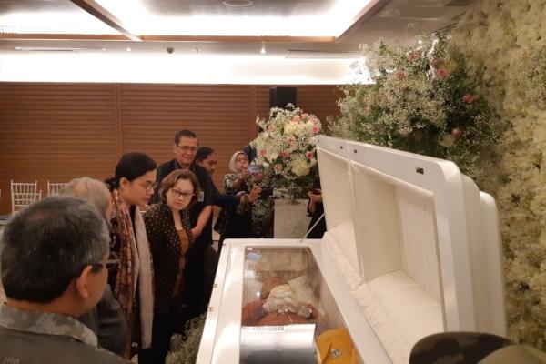Menteri Keuangan Sri Mulyani Indrawati (ketiga kiri) melayat jenazah Menteri Keuangan pada masa Orde Baru, J.B. Sumarlin, di tempat persemayaman RS Siloam Semanggi, Jakarta, Jumat (7/2/2020). - Bisnis/Muhamad Wildan