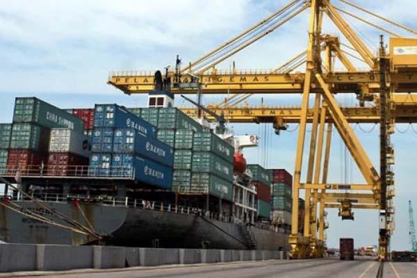 Aktivitas bongkar muat di Pelabuhan Tanjung Emas di Semarang, Jawa Tengah. - Antara/Aditya Pradana Putra