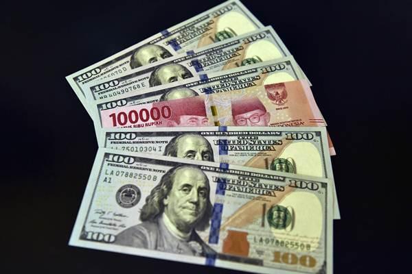 Lembaran mata uang rupiah dan dolar AS diperlihatkan di salah satu jasa penukaran valuta asing di Jakarta, Senin (2/7/2018). - ANTARA FOTO/Puspa Perwitasari