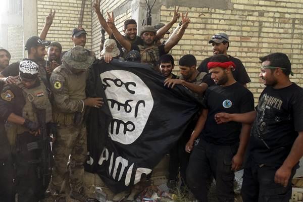 Ilustrasi tentara Irak turunkan bendera ISIS. - Reuters