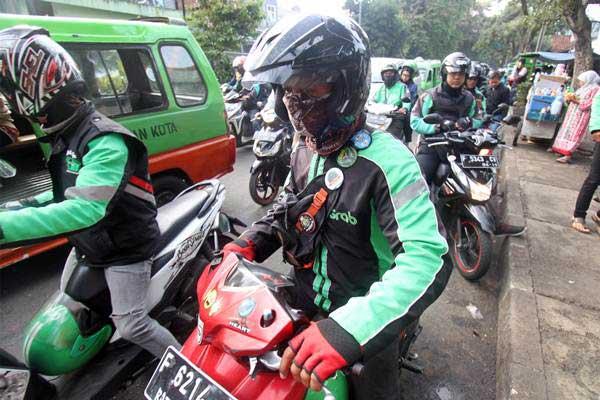 Pengemudi ojek online menunggu penumpang di kawasan Paledang, Kota Bogor, Jawa Barat, Selasa (15/1/2019). - ANTARA/Yulius Satria Wijaya