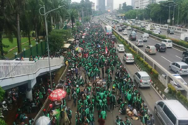 Suasana demonstrasi ojek online di kompleks Parlemen DPR, Senin (23/4/2018). - JIBI/ Jaffry Prabu Prakoso