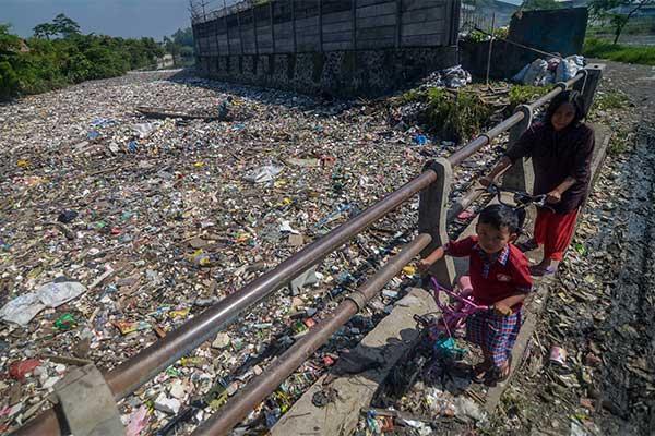 Sampah plastik yang menutupi Sungai Citepus, Bandung, Jabar.  ANTARA FOTO - Raisan Al Farisi