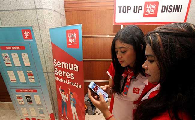 Sales Promotion Girl (SPG) menunjukkan aplikasi LinkAja di Jakarta. Bisnis - Arief Hermawan P