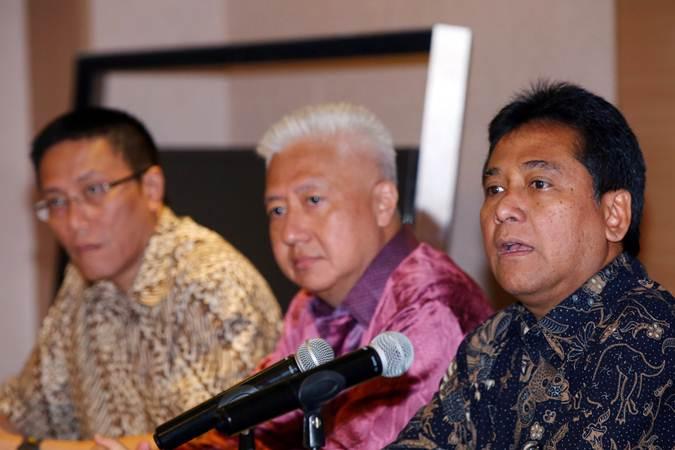 Ketua Perhimpunan Hotel dan Restoran Indonesia (PHRI) Hariyadi Sukamdani (kanan) memberikan keterangan saat jumpa pers terkait isu larangan PNS menggelar rapat di hotel, di Jakarta, Rabu (13/2/2019). - Bisnis/Abdullah Azzam