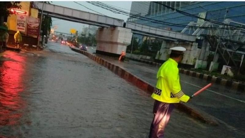 Genangan air setinggi 10-20 cm di TL Mangga Dua Jl. Gunung Sahari (arah ke Ancol), Sabtu (8/2/2020) pagi. - Twitter @TMCPoldaMetro
