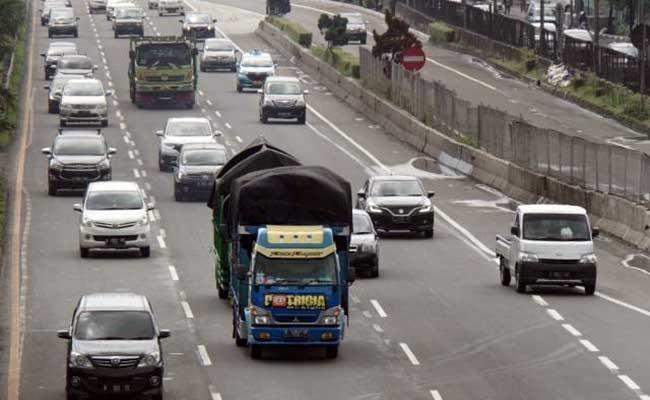 Truk sarat muatan melintas di jalan Tol Lingkar Luar, Jakarta. Bisnis - Himawan L Nugraha