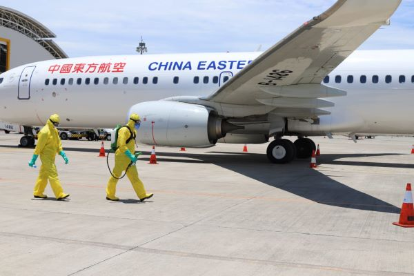 Bandar Udara Internasional I Gusti Ngurah Rai melepas penerbangan pesawat charter, China Eastern yang menjemput 61 warga Hubei menuju Wuhan, Sabtu, (8/2 - 2020), siang tadi. Para wisman Tiongkok dikabarkan sehat dan laik terbang. WN Tiongkok itu masing/masing terdiri atas 49 penumpang dewasa dan 12 anak/anak. (Istimewa)