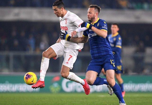 Cristiano Ronaldo dibayangi oleh pemain Hellas Verona ketika bermain di Stadion Marcantonio Bentegodi, dalam lanjutan pertandingan pekan ke-23 Liga Italia, Minggu (9/2/2020) dini hari WIB. - Antara.