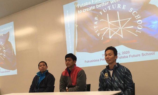 Ketua tim bulutangkis Futaba Future School, Saito (kanan) bersama dengan dua pelatih asal Indonesia, Anton Kurnia (tengah) dan Stephanus Ricki (kiri) dalam kegiatan temu dengan media pada Jumat (7/2/2020) - ANTARA/Suwanti.