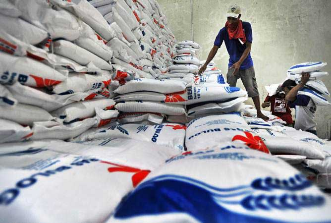 Pekerja mengangkut stok beras Bulog untuk didistribusikan ke pasar-pasar di Gudang Sub-Divre Bulog Serang, di Serang, Banten, Jumat (10/5/2019). - ANTARA/Asep Fathulrahman