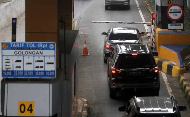 Pengemudi melakukan transaksi di salah satu gerbang tol di Jakarta, Rabu (5/2/2020). Bisnis - Arief Hermawan P