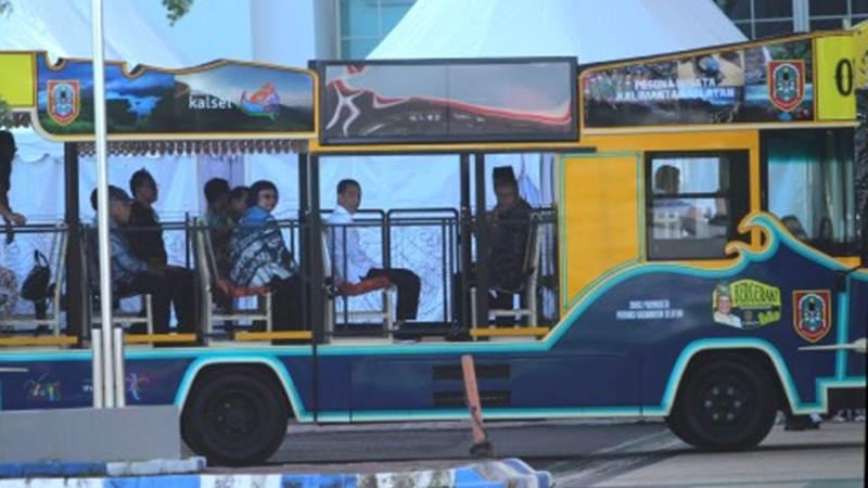 Presiden Joko Widodo (kedua kanan) bersama Ketua PWI Pusat Atal Sembiring Depari (kanan), Menteri PUPR Basuki Hadimuljono (kiri) dan Menteri Lingkungan Hidup dan Kehutanan Siti Nurbaya (ketiga kiri) menggunakan bus pariwisata Kalsel saat menghadiri puncak perayaan Hari Pers Nasional (HPN) di Banjarbaru, Kalimantan Selatan, Sabtu (8/2/2020). Perayaan HPN tahun 2020 tersebut mengangkat tema 'Pers Menggelorakan Kalsel sebagai Gerbang Ibu Kota Negara'. - ANTARA/Bayu Pratama S
