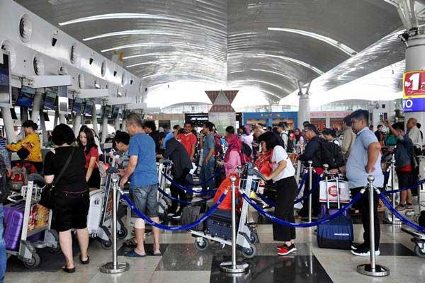 Calon penumpang pesawat udara antre untuk lapor diri di Bandara Internasional Kualanamu, Kabupaten Deli Serdang, Sumatra Utara, Senin (14/1/2019)./ANTARA FOTO - Septianda Perdana
