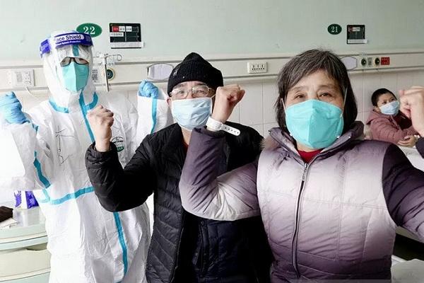 Pria berusia 67 tahun dan istrinya yang sebelumnya dinyatakan terinfeksi 2019-nCoV meninggalkan rumah sakit di Wuhan, China,  Sabtu (1/2/2020). Seorang dokter turut merayakan kesembuhan kedua pasiennya itu. - Antara