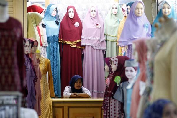 Pedagang pakaian jadi di Tanah Abang, Jakarta Pusat. - Reuters/Garry Lotulung