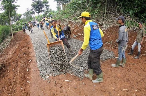 Penataan RTH di daerah perbukitan di kawasan timur Kota Bandung - Bisnis/Dea Andriyawan
