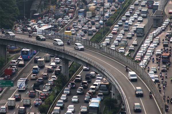 Kendaraan terjebak kemacetan di ruas jalan tol dalam kota, Jalan Gatot Subroto, Jakarta, Selasa (16/5). - Antara/Rivan Awal Lingga