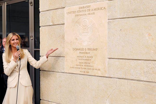 Penasihat Senior Gedung Putih Ivaka Trump berdiri di samping plakat peresmian Kedutaan Besar AS di Yerusalem, Israel,  Senin (14/5). - Reuters