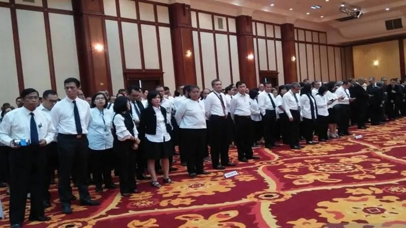 Pegawai Kementerian Keuangan mengikuti persiapan serah terima jenazah mantan Menkeu JB Sumarlin di Gedung Dhanapala, Kemenkeu, Jakarta, Senin (10/2/2020). - Antara