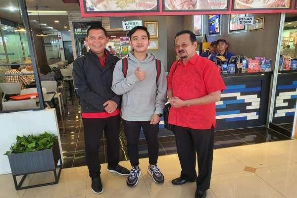 Gibran Rakabuming Raka (tengah) berfoto bareng Achmad Purnomo (kanan) dan Teguh Prakoso di Bandara Halim Perdana Kusuma Jakarta, Senin (10/2 - 2020). Foto: Istimewa/Tim Gibran)