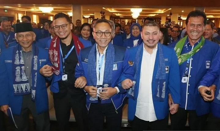 Ketua Umum Partai Amanat Nasional (PAN) Zulkifli Hasan (tengah) berfoto bersama dengan Ketua Majelis Kehormatan Amien Rais (kiri), politikus PAN Hanafi Rais (kedua kiri), Asman Abnur (kanan), dan Mulfachri Harahap (kedua kanan) saat hadir pada acara Rakernas V PAN di Jakarta, membahas pelaksanaan Kongres PAN. - Antara