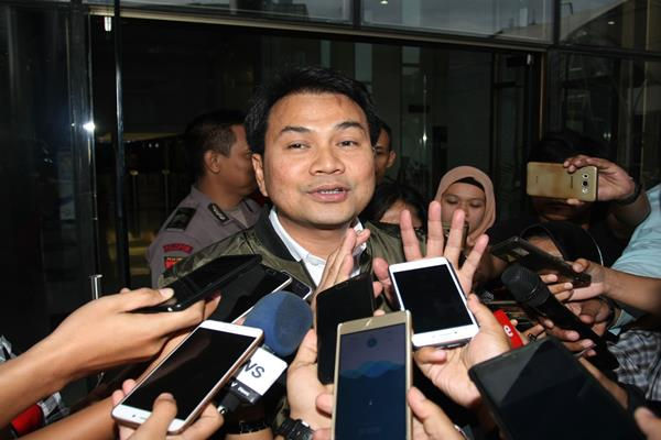 Ketua Banggar DPR sekaligus Ketua DPP Partai Golkar Azis Syamsuddin menjawab pertanyaan wartawan saat meninggalkan gedung KPK usai menjalani pemeriksaan di Jakarta, Senin (27/11). Azis Syamsuddin diperiksa KPK sebagai saksi dalam kasus dugaan korupsi penyelidikan megaproyek KTP elektronik untuk tersangka Ketua DPR Setya Novanto. ANTARA FOTO - Reno Esnir