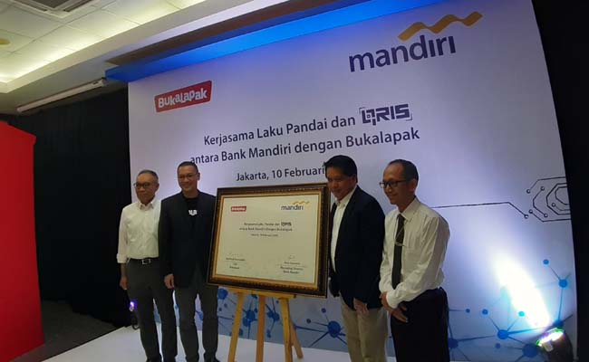Direktur Consumer & Retail Transaction Bank Mandiri Hery Gunadi (kedua kanan), CEO Bukalapak Rachmat Kaimuddin (kedua kiri), dan Direktur Hubungan Kelembagaan Bank Mandiri Donsuwan Simatupang (kiri) berfoto bersama saat melakukan penandatangan kerja sama di Plaza Mandiri, Jakarta, Senin (10/2/2020) - Bisnis - Ni Putu Eka Wiratmini