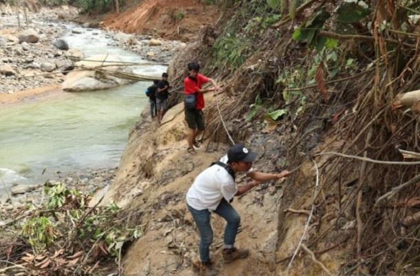 Warga menyebdrangi Sungai Ciberang menuju Kampung Ciparengpeng Desa Cileuksa Kecamatan Sukajaya, Kabupaten Bogor, Jawa Barat. - Antara