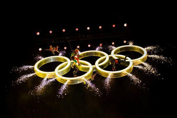 Cincin Olimpiade diangkat ke udara oleh crane, dikelilingi para aktor yang menari di sekitarnya, dalam upacara pembukaan Youth Olympic Games 2018 di Buenos Aires, Argentina, Sabtu (6/10). - IOC via Reuters