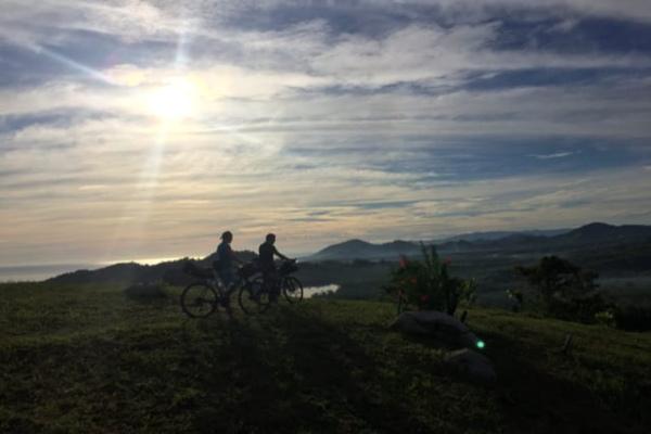 Wisatawan menggowes sepeda sambil menikmati kesejukan alam di Simore Peak. - istimewa