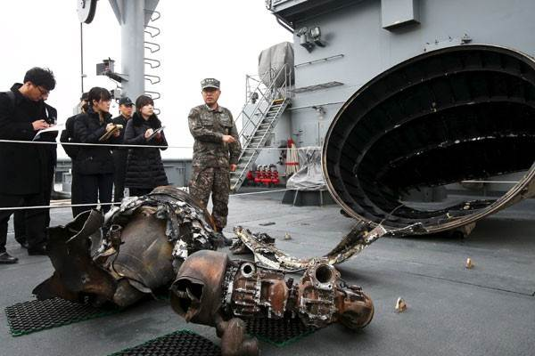 Benda metal yang diyakini sebagai bagian dari peluncuran roket jarak jauh Korea Utara, Minggu (7/2) - Reuters