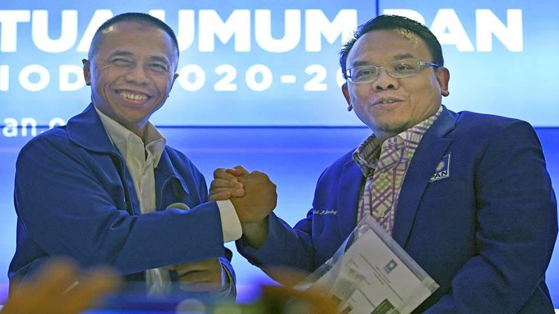 Bakal Calon Ketua Umum Partai Amanat Nasional (PAN) Dradjad Wibowo (kiri) menyerahkan formulir pendaftaran Caketum PAN periode 2020-2025 kepada Sekretaris Panitia Pengarah Kongres V PAN Saleh Daulay (kanan) di Jakarta, Sabtu (8/2/2020). Kongres V PAN akan diselenggarakan pada 10-12 Februari 2020 di Kendari, Sulawesi Tenggara dengan agenda pemilihan Ketua Umum PAN periode 2020-2025. - Antara
