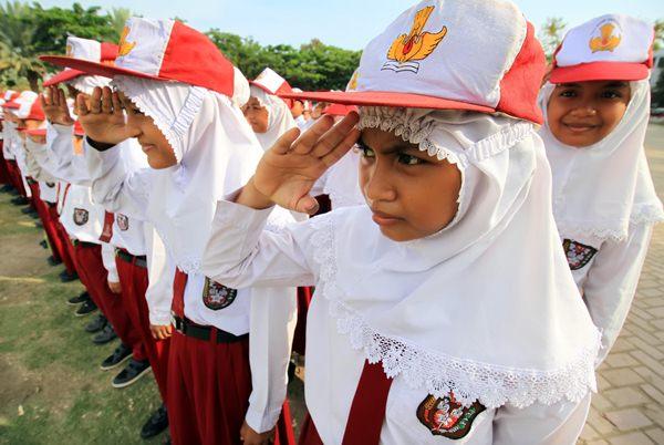 Siswa-siswi di Aceh mengikuti upacara Hari Pendidikan Nasional - Antara/Rahmad