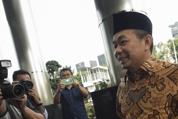 Anggota DPR fraksi PKS Jazuli Juwaini tiba di gedung KPK untuk menjalani pemeriksaan, Jakarta, Jumat (7/7). Jazuli diperiksa sebagai saksi untuk tersangka AA (Andi Agustinus alias Andi Narogong) terkait kasus korupsi proyek pengadaan Kartu Tanda Penduduk berbasis elektronik (e-KTP). ANTARA FOTO - Rosa Panggabean