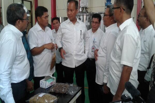 Menteri Perindustrian Agus Gumiwang Kartasasmita mengunjungi pusat pengolahan rumput laut di Balai Diklat Industri Makassar, Senin (10/2/2020). - Bisnis/Andini Ristyaningrum