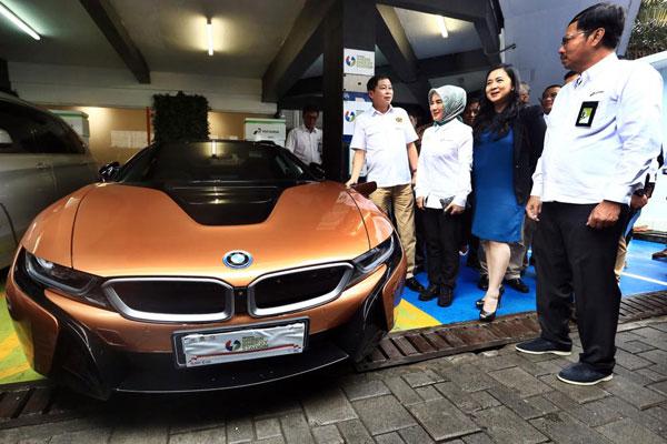 BMW dan Pertamina meluncurkan proyek percontohan Green Energy Station (GES) di SPBU Kuningan Pertamina dengan stasiun pengisian energi untuk kendaraan listrik, Senin (10/12/2018). - BMW